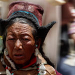 Женщина в национальной одежде Ладакха в Ламаюру. Лица Ладакха