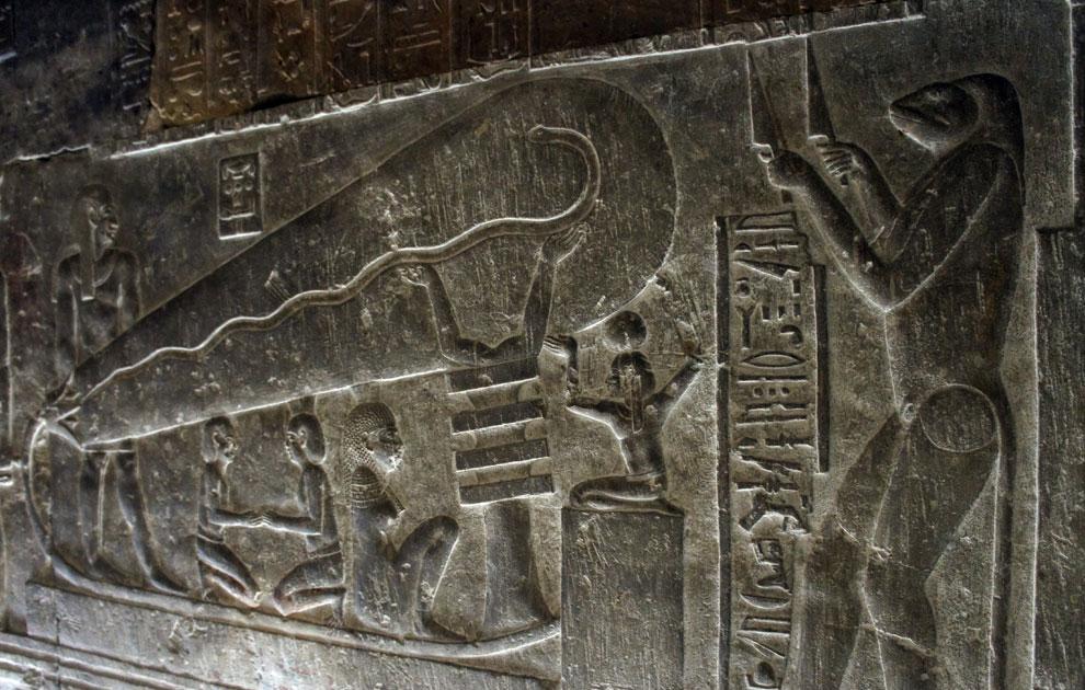 Барельефы на стенах скрытого коридора храма Дендеры