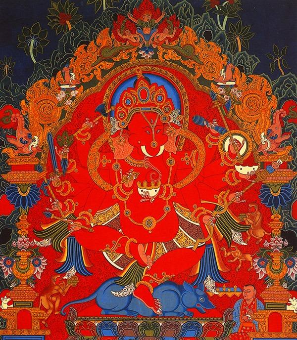 Ганеша тханка в стиле Newari изображает бога с тантрическим красным телом и шаманскими ритуальными инструментами в руках, например phurba с металлическим лезвием и тремя перьями павлина.