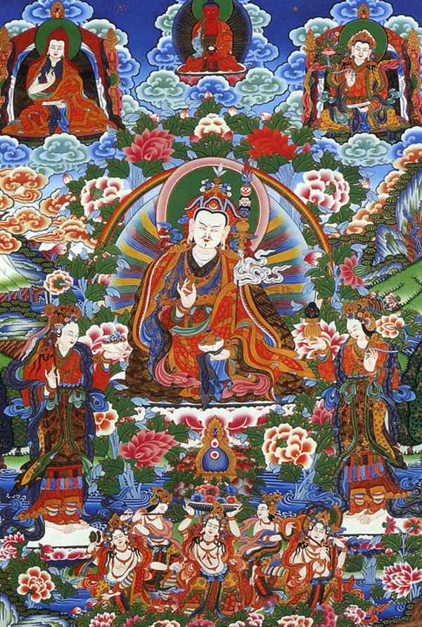 Гуру Ринпоче со своими двумя жёнами, Йеше Согъял и Мандраба. Минеральные краски и жидкое золото (93 x 61.8 см), Тибетский художник, Чиринг Даши, Катманду, 1999. Работа над картиной заняла четыре месяца.