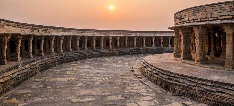 Храм Чаусат йогини, Джабалпур, Индия. Тур в Индию