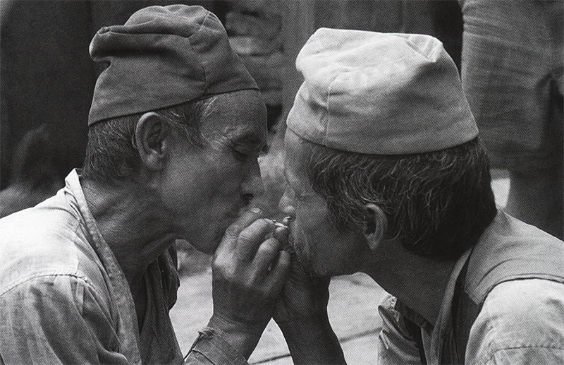 Два шамана вместе курят листья Angeri.